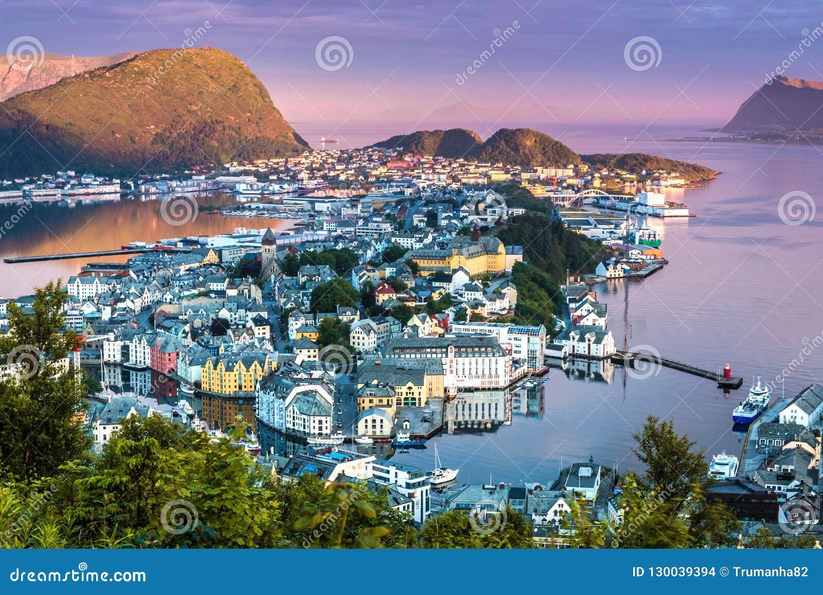 Alesund den mest härliga staden i den västra kusten av Norge i ottasolskenet; taget från monteringen Aksla