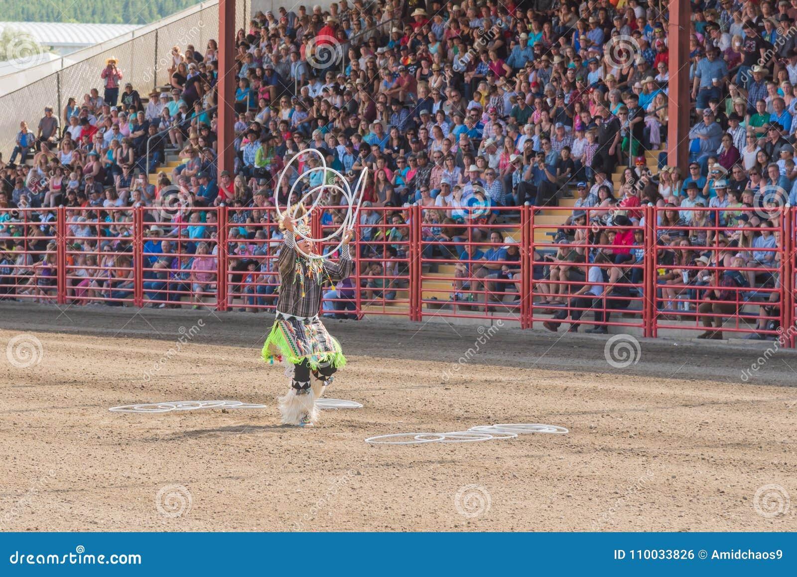 Alex Wells voert hoepeldans in Williams Lake Stampede uit