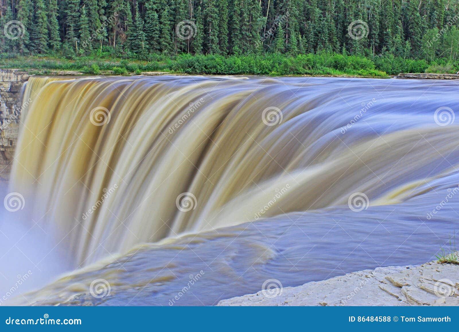 Alexandra Falls en la exposición larga de los territorios del noroeste del ` s de Canadá