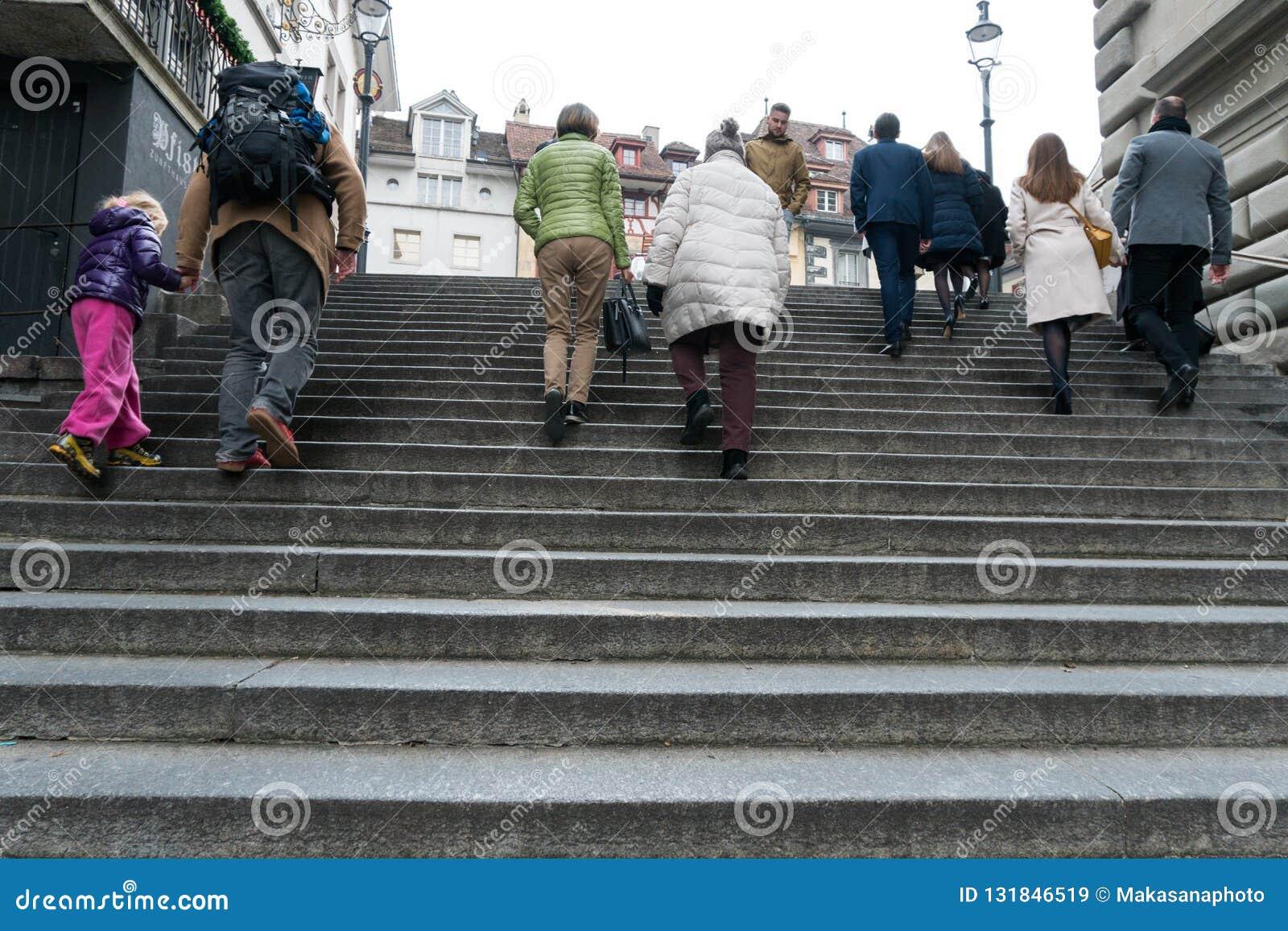 Alfalfa, LU/Suiza - 9 de noviembre de 2018: mucha gente de diversa edad y del género que acometen arriba y abajo de las escaleras