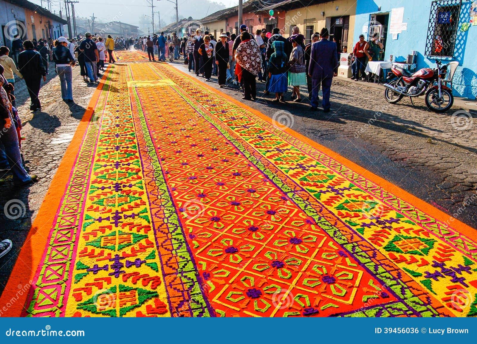 Alfombra adornada de la semana santa en antigua guatemala for Alfombras de antigua