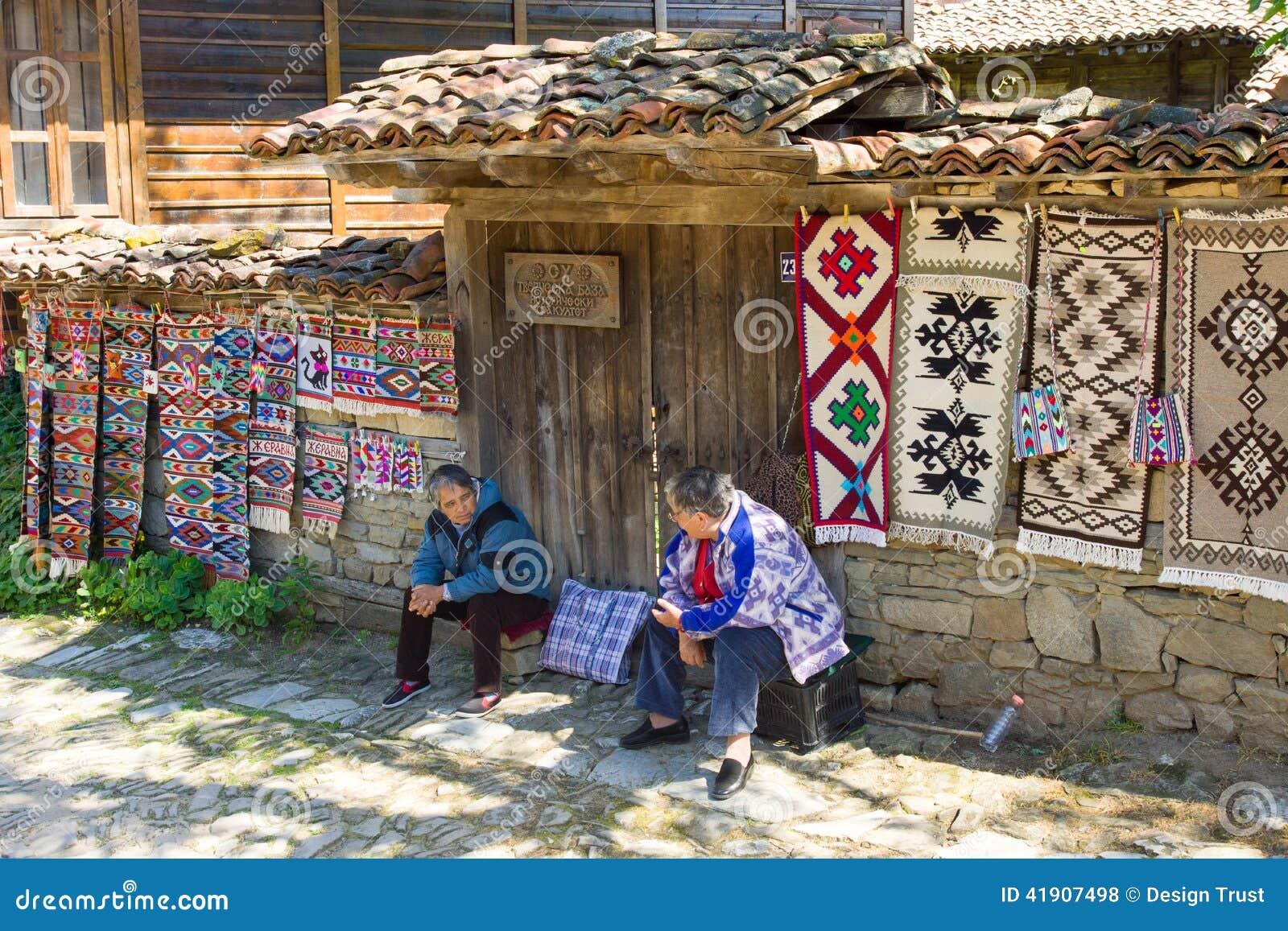 Alfombra casera de la dependienta en el pueblo búlgaro de Zheravna