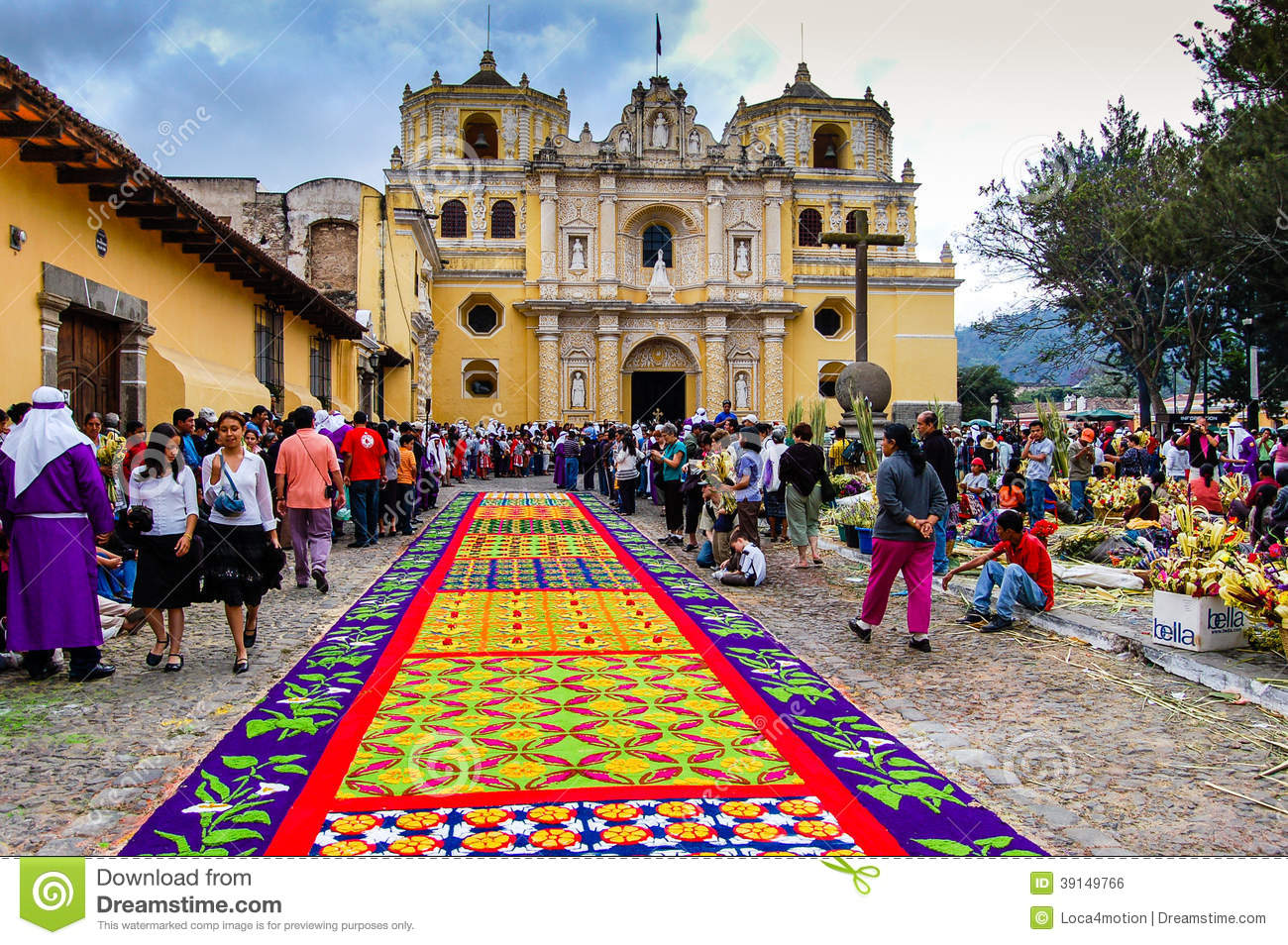 Alfombra colorida de la semana santa en antigua guatemala for Alfombras de antigua
