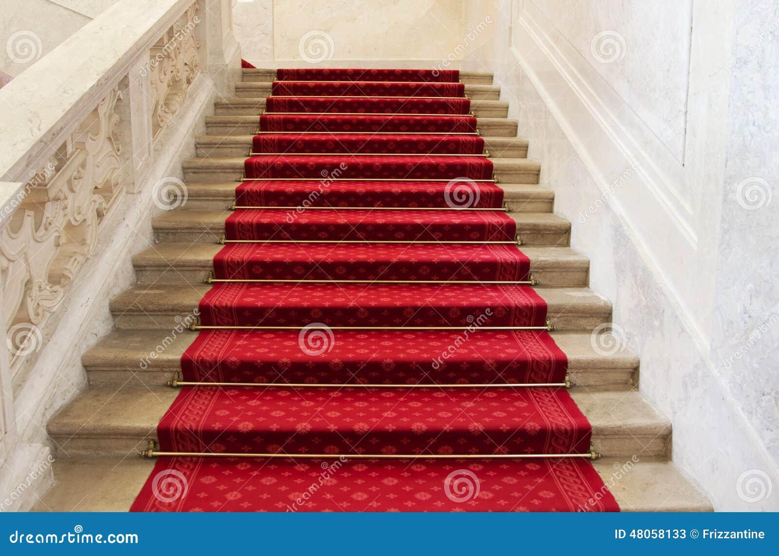 Alfombra roja en una escalera concepto o fondo para la - Alfombra para escalera ...