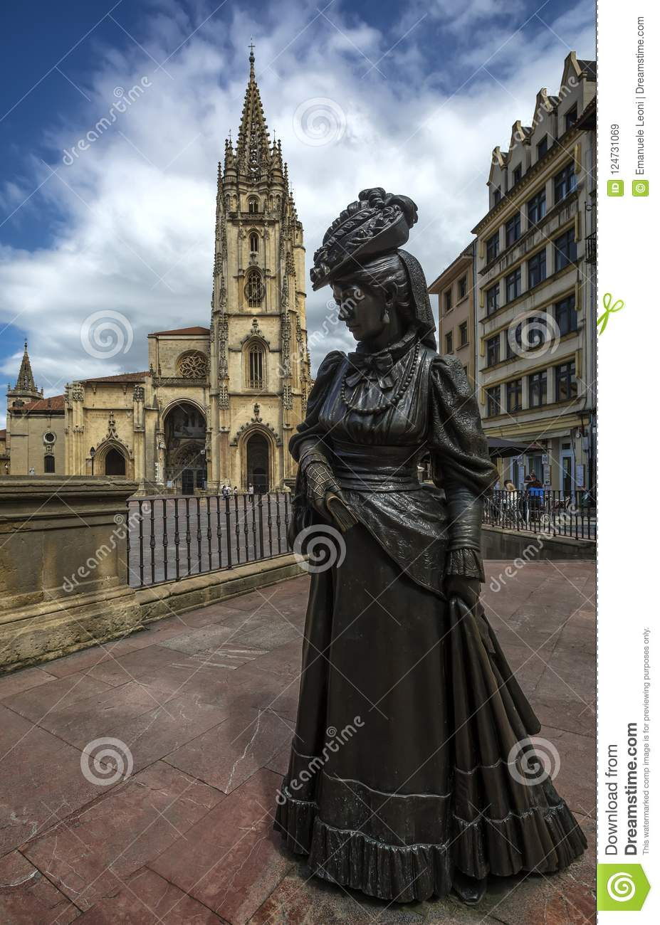 The Alfonso II square hosts the Cathedral of Oviedo and the sculpture of La  Regenta.