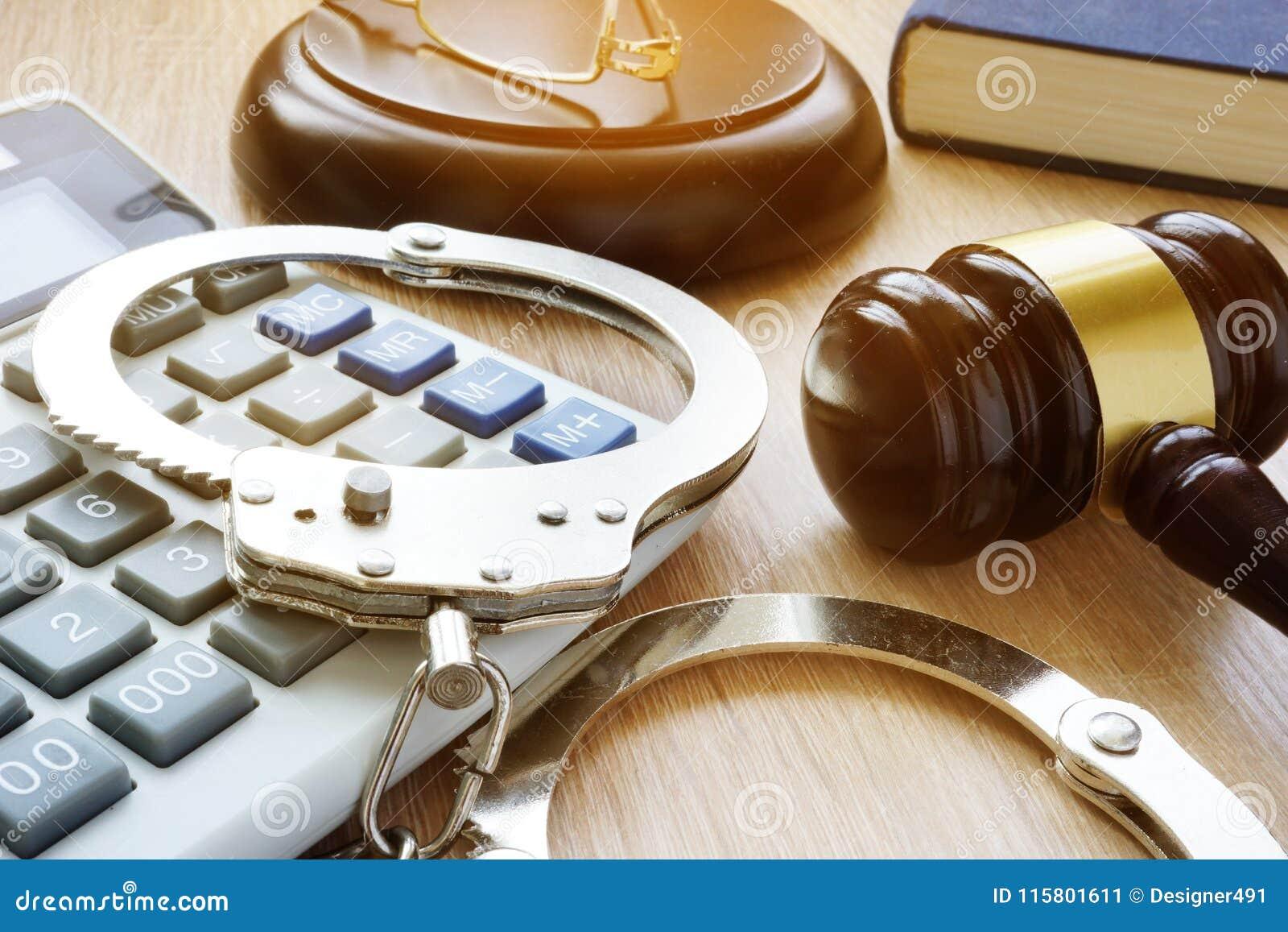 Algemas, martelo e calculadora Fraude financeira