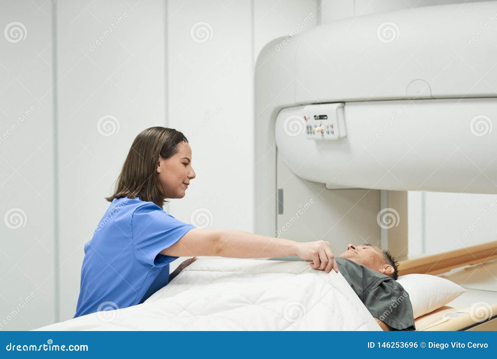 Algemeen medisch onderzoek met het Magnetic resonance imagingsmachine van Mri in Kliniek