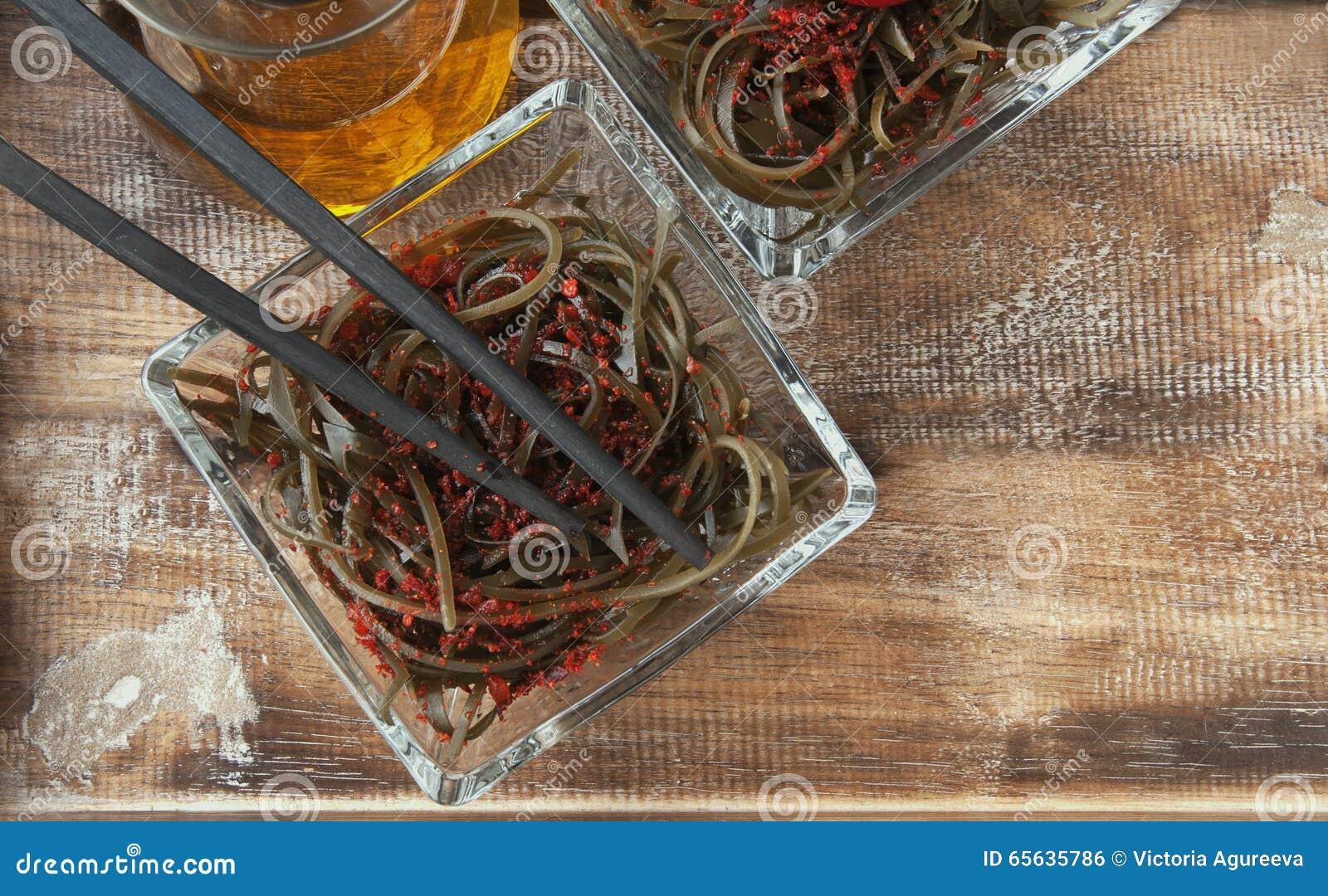 Algue et baguettes, sur une table en bois ouverte