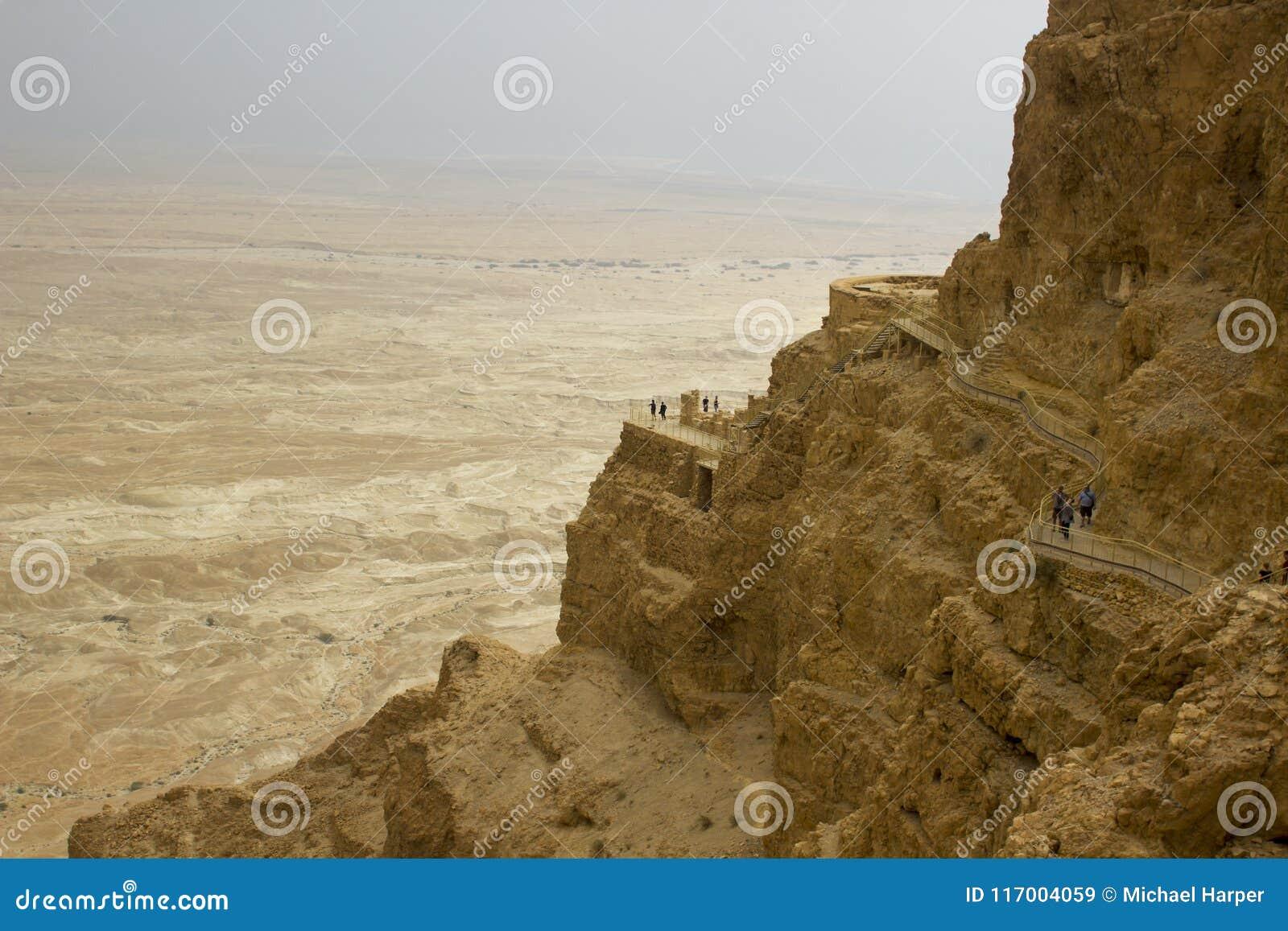 Algumas das ruínas reconstruídas da fortaleza judaica antiga do clifftop de Masada em Israel do sul Tudo abaixo do marcado