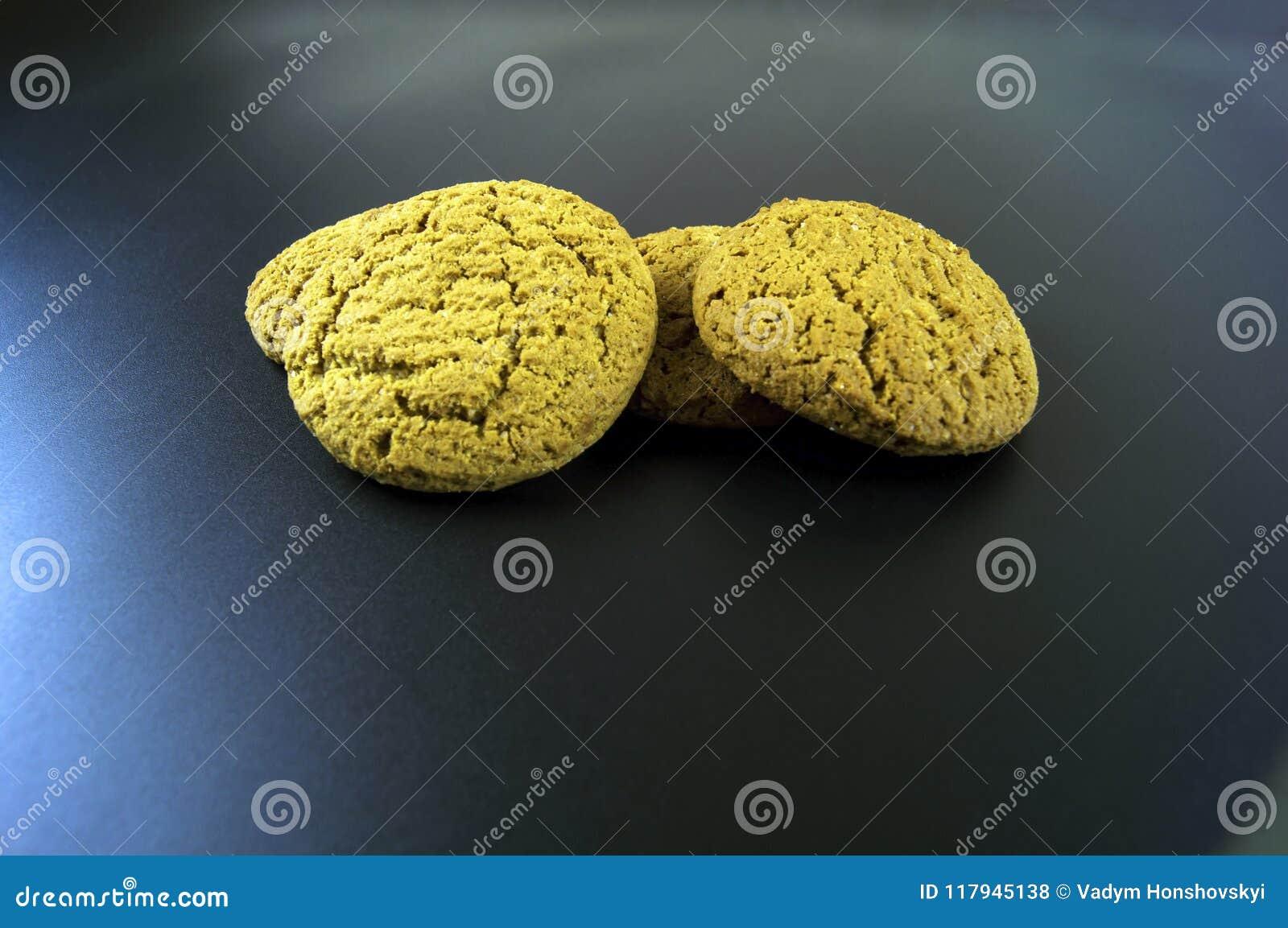 Algumas partes de cookies de farinha de aveia em um fundo escuro