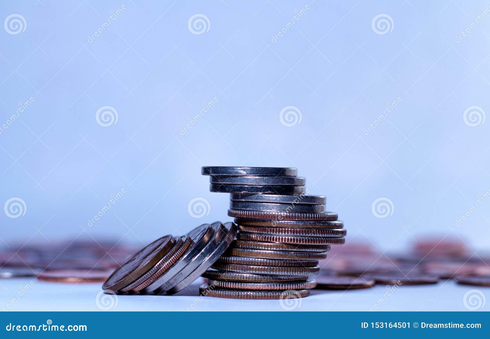 Algumas pilhas de moedas americanas