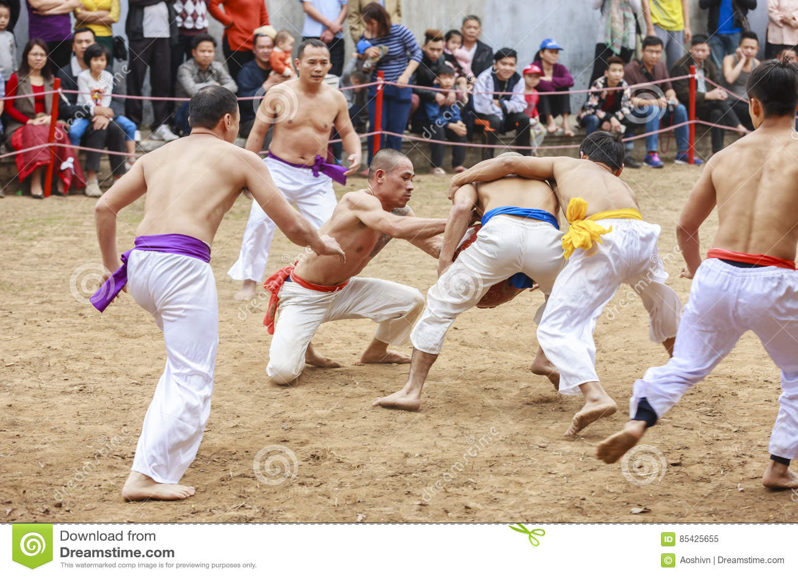 Algunos hombres jovenes juegan con la bola de madera en Año Nuevo lunar del festival en Hanoi, Vietnam el 27 de enero de 2016