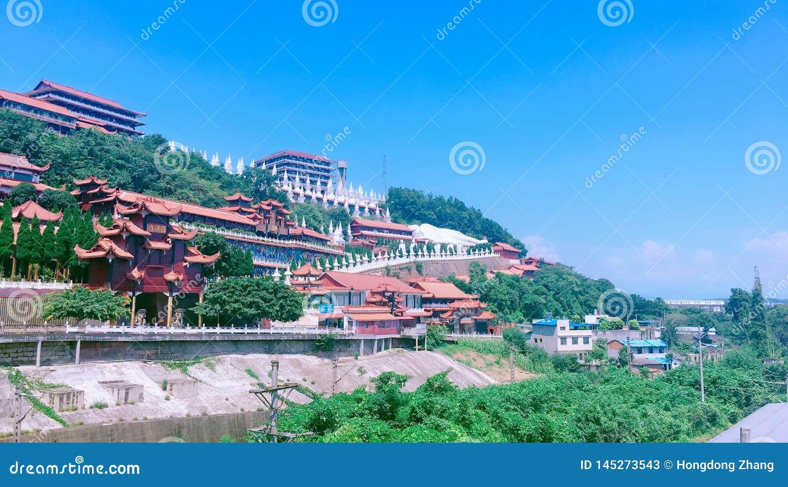 Algunos templos en las montañas debajo del cielo azul en verano