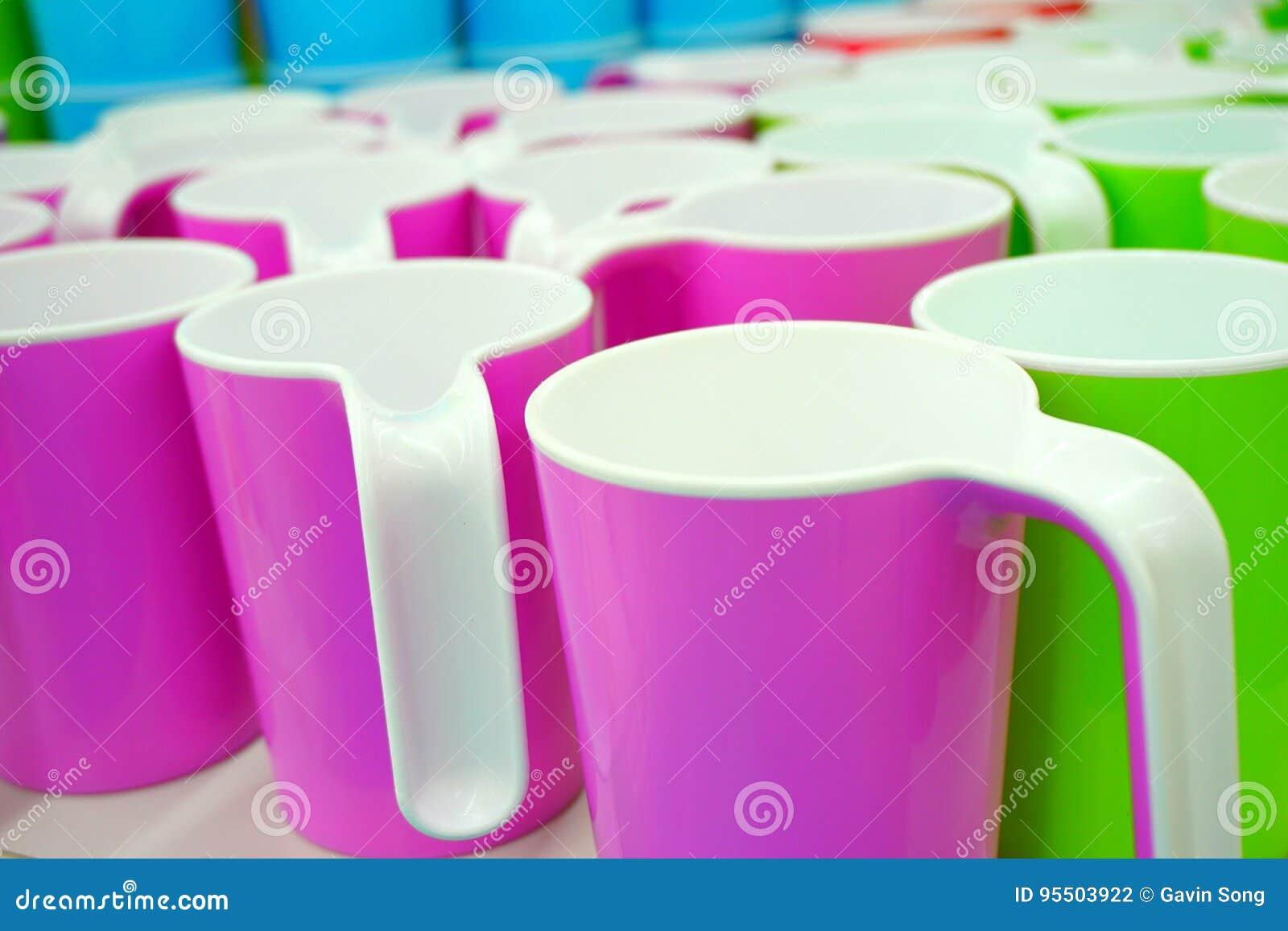 Alguns copos plásticos coloridos