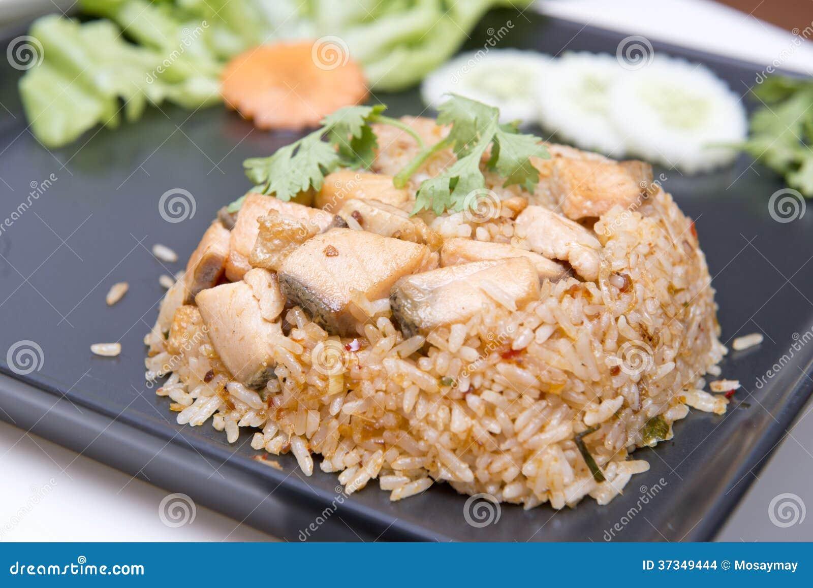 Alho do arroz fritado com salmões do assado