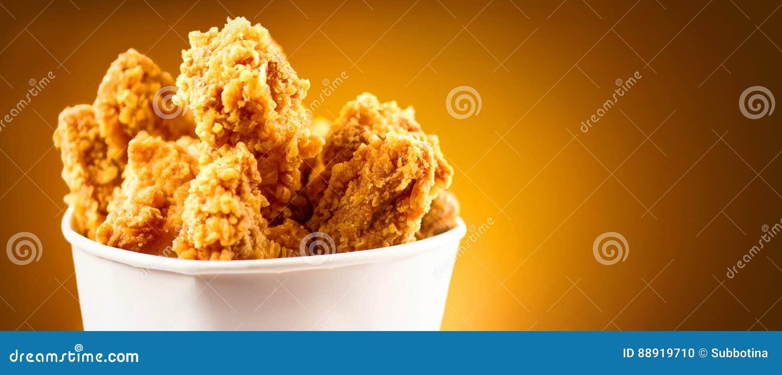 Ali di pollo fritto Secchio in pieno del pollo fritto croccante del Kentucky