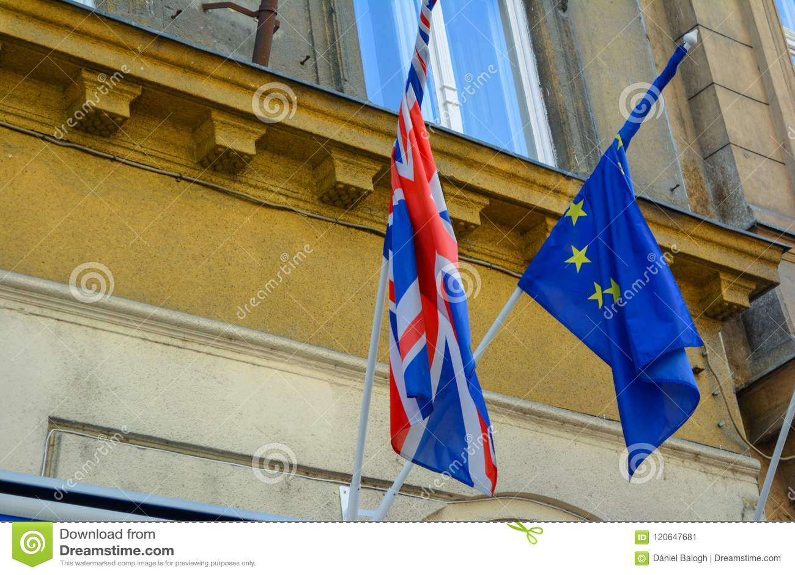 Aliança das bandeiras da UE e do Reino Unido junto Bandeiras da União Europeia e do Reino Unido próximos um do outro