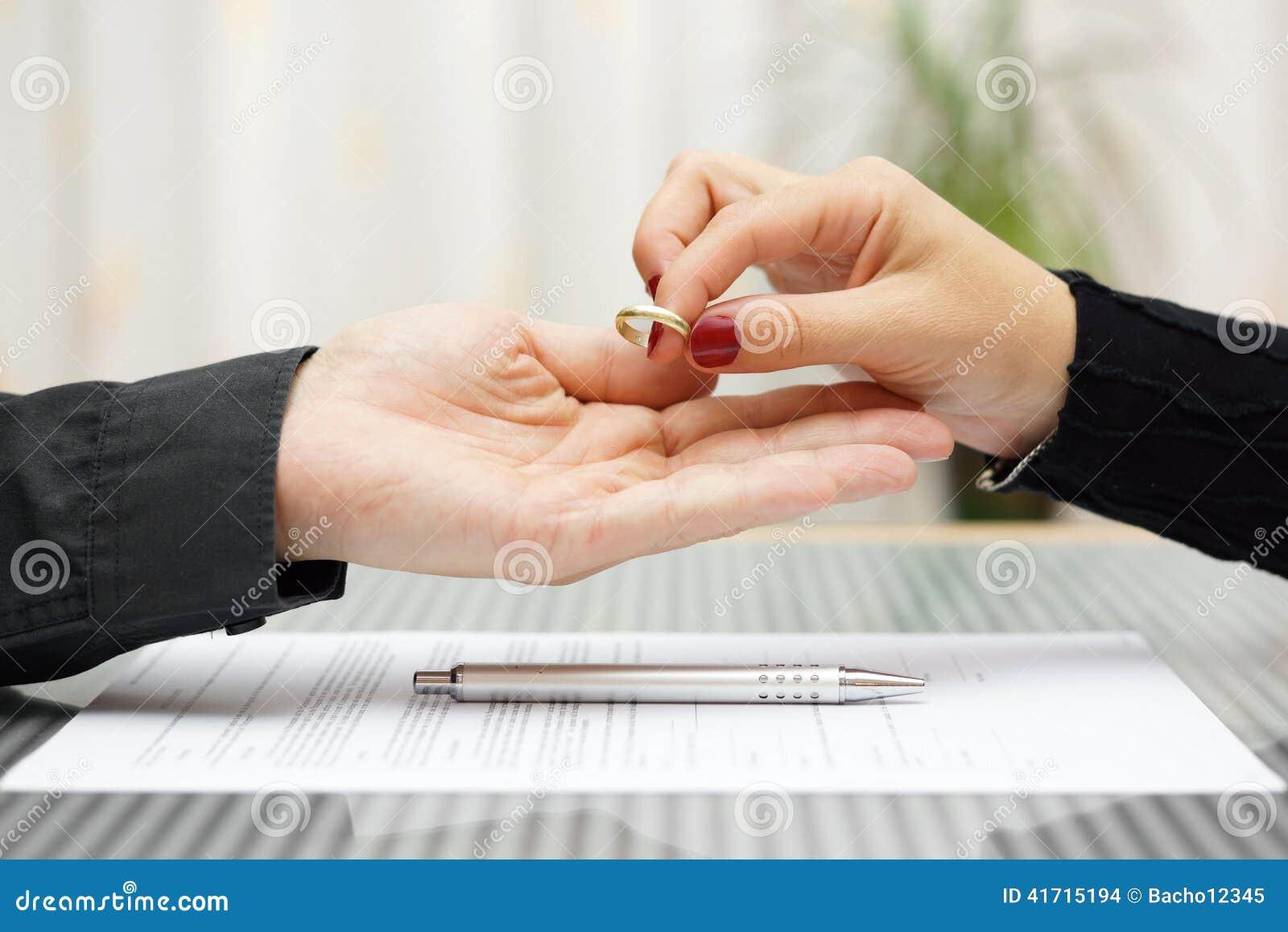 Aliança de casamento retornada mulher ao marido Conceito do divórcio
