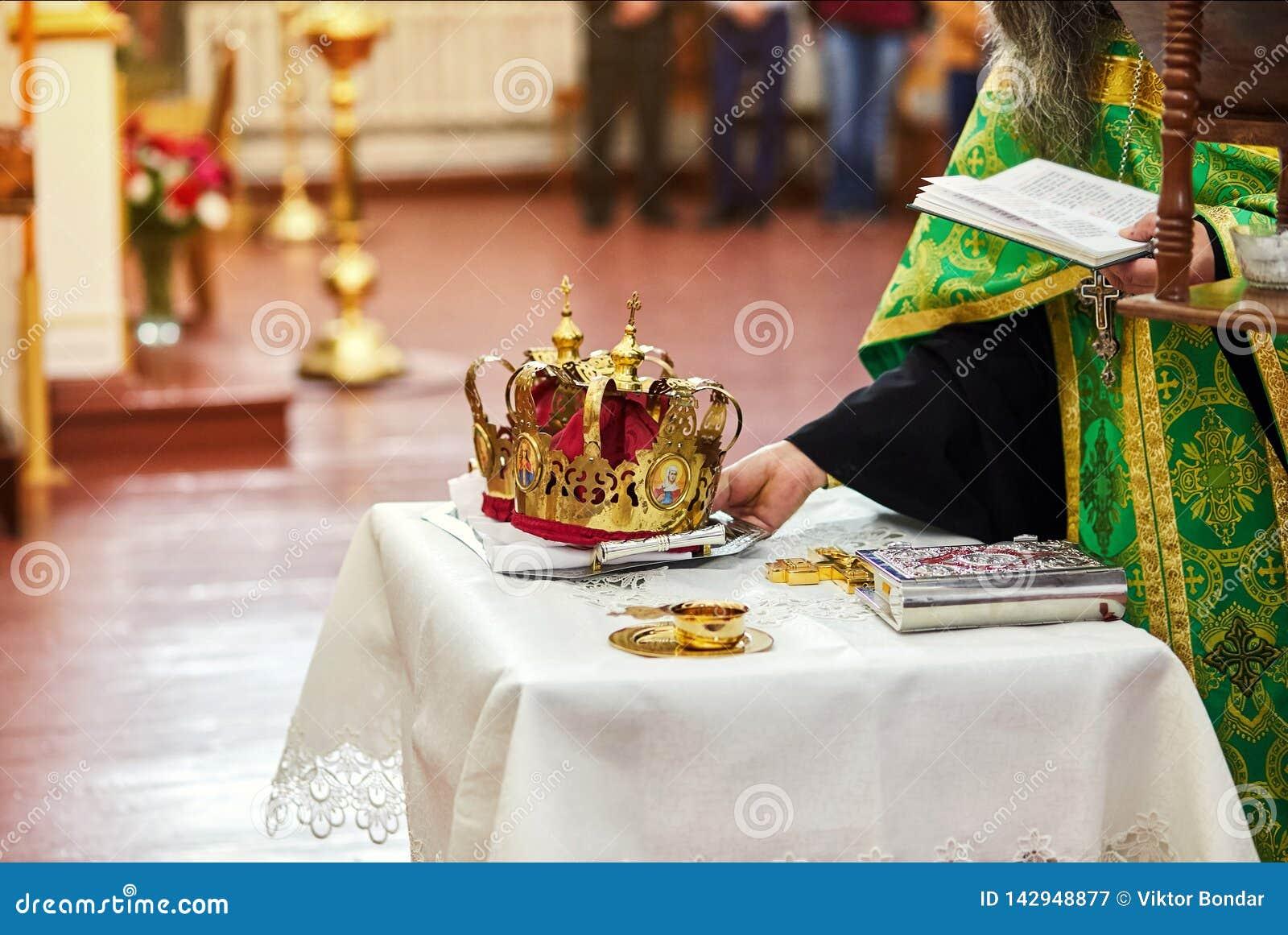 Alianças de casamento da troca dos recém-casados em uma cerimônia na igreja