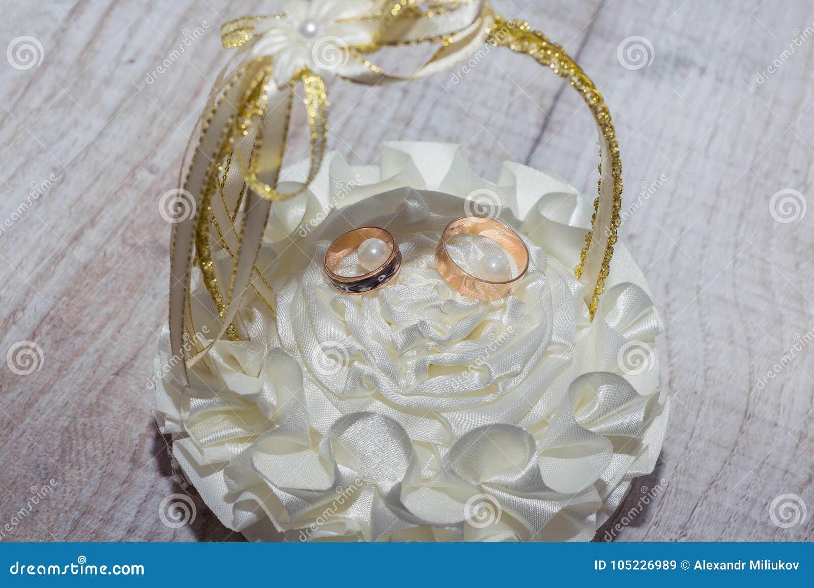 Alianças de casamento em uma cesta bonita