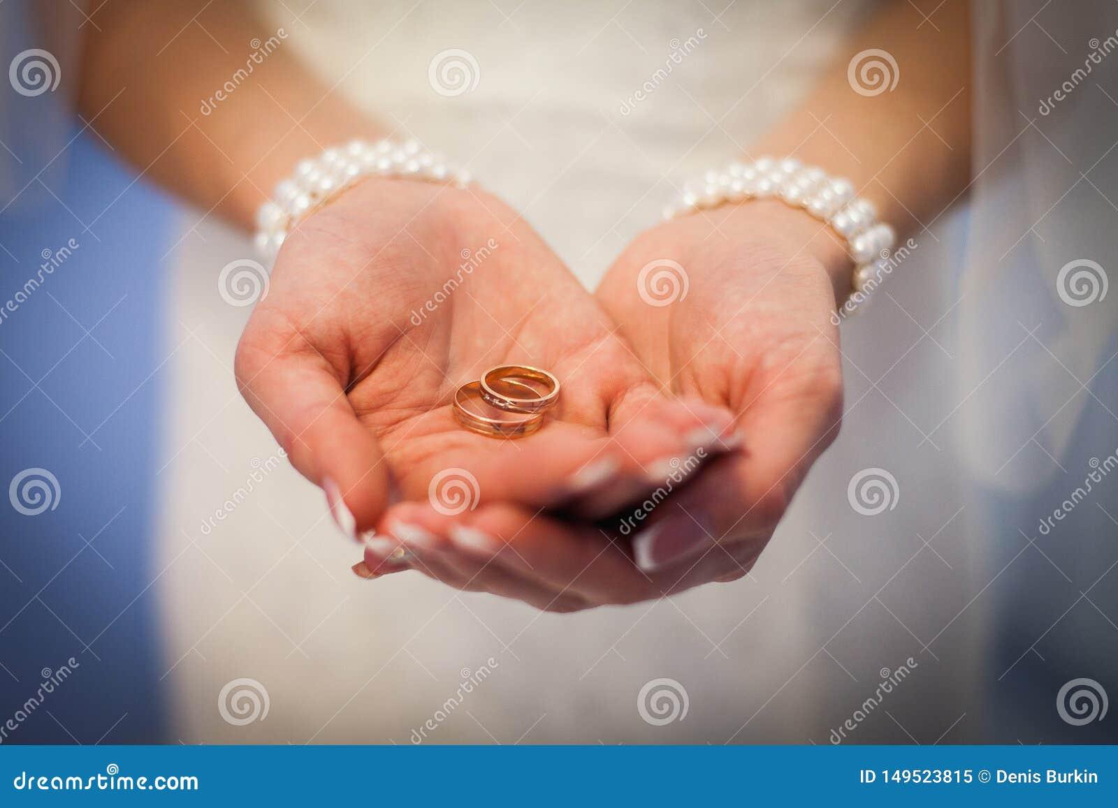 Alian?as de casamento nas m?os da noiva a menina oferece casar-se Alegre mim Alian?as de casamento nas palmas da noiva