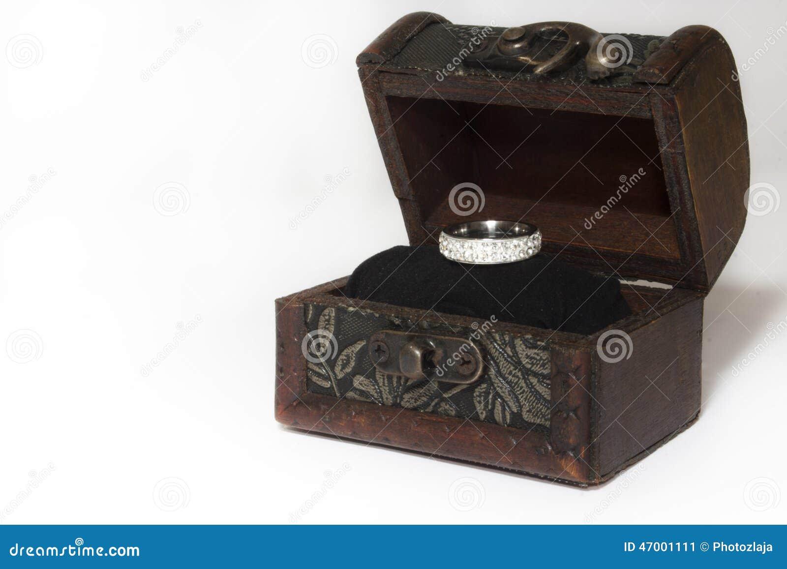 Aliança De Casamento Na Caixa De Presente De Madeira Foto de Stock  #85A625 1300x957