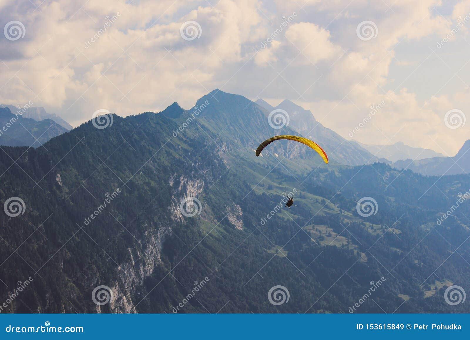 Alianti sopra le alpi svizzere di estate Il maltempo, rischio, concetto del pericolo Sport estremi, stile di vita di avventura sw