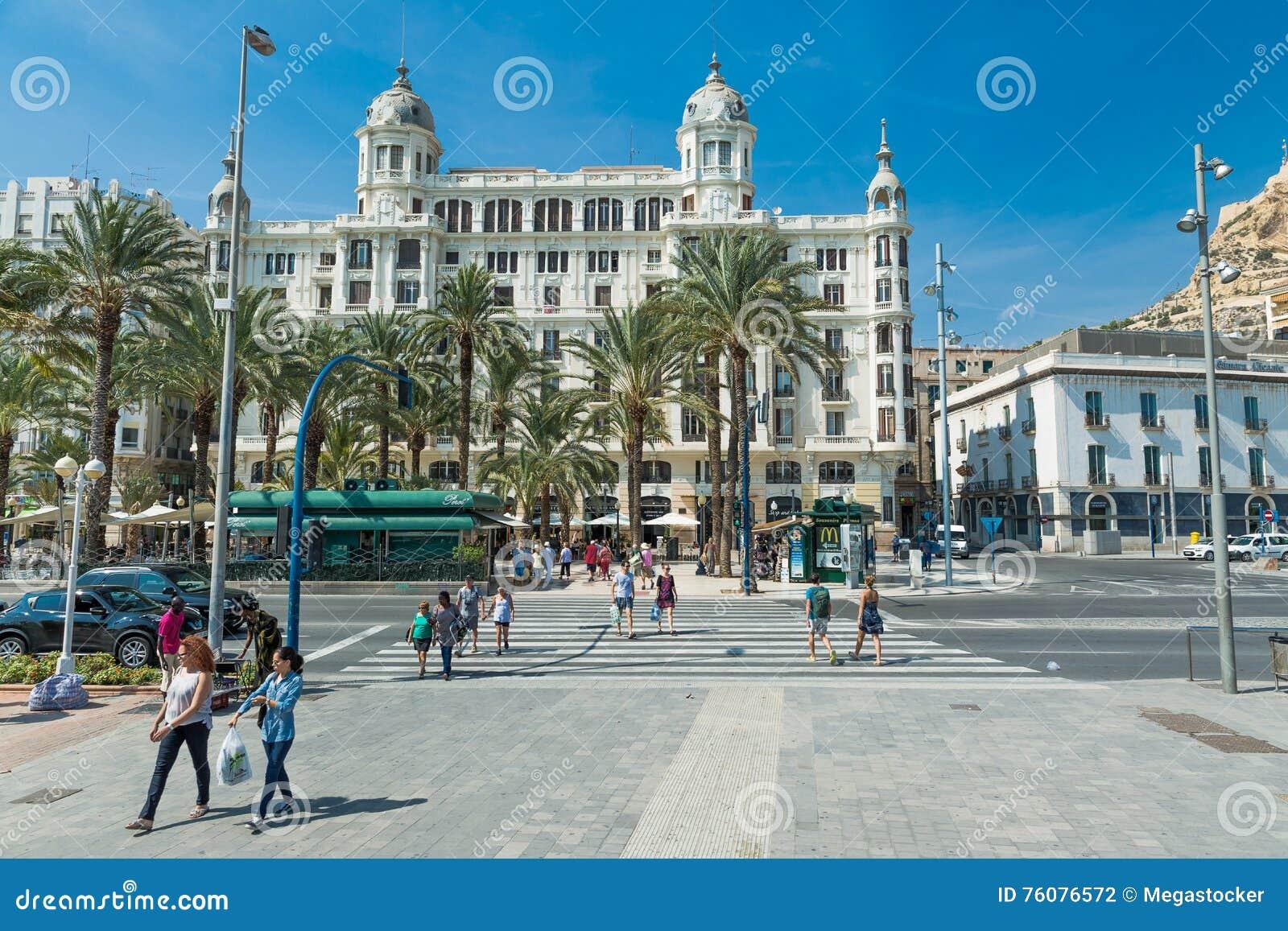 Alicante, Espagne - septembre 2015 : Place  plaza Puerta Del Mar
