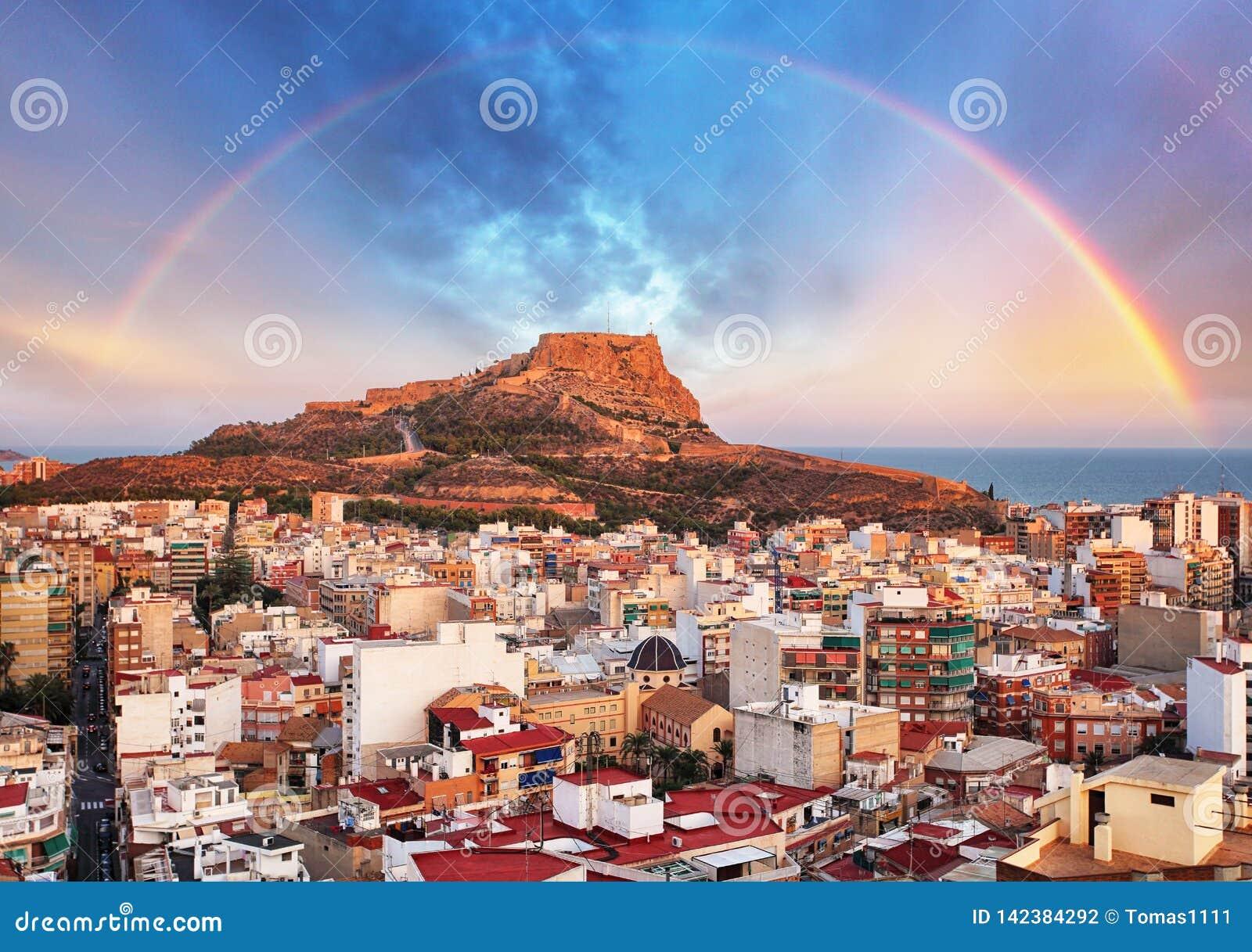 Alicante na Espanha no por do sol com arco-íris