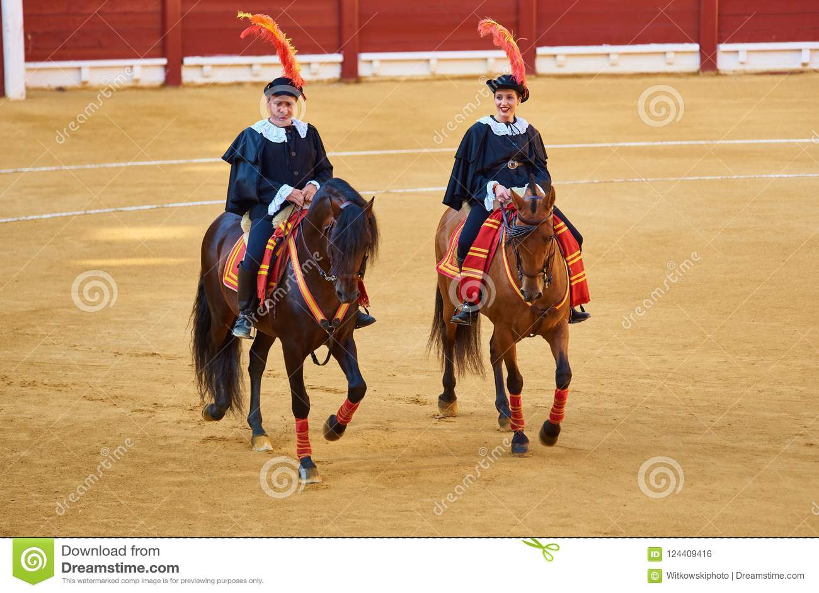 Alicante/Spanje - 08 03 2018: Ruiters op paarden vóór de strijd met de stieren