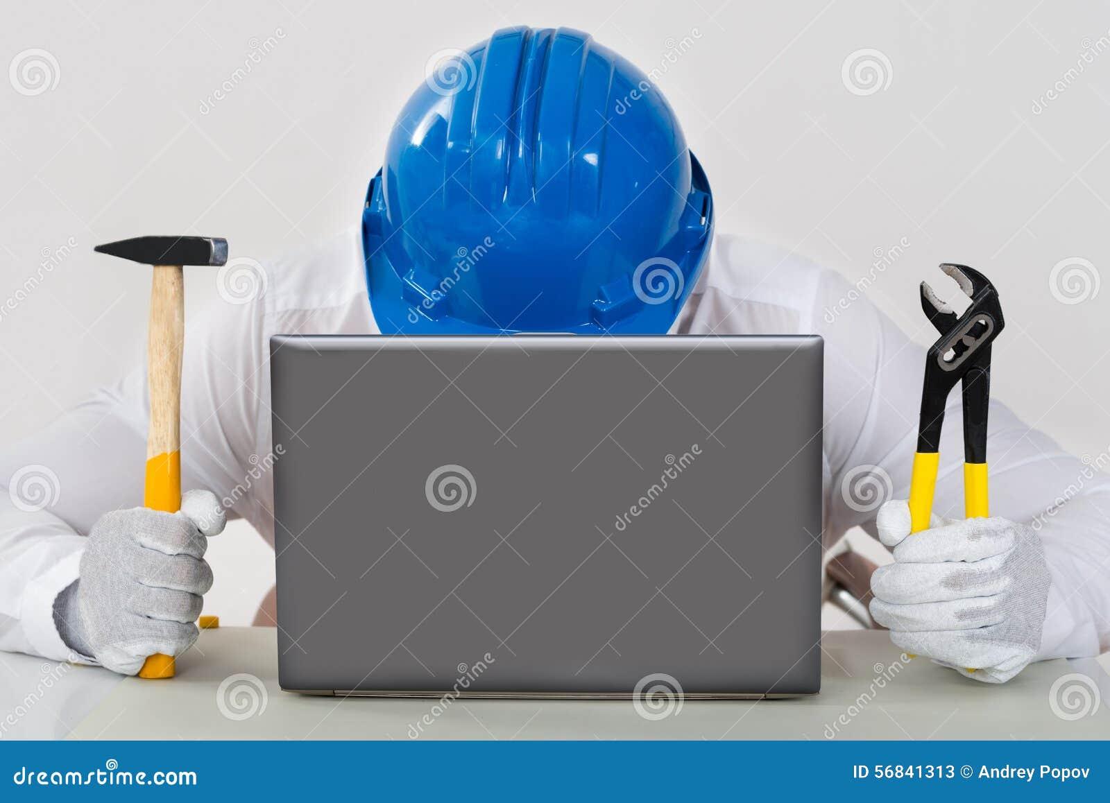Alicate de Holding Hammer And do técnico com portátil