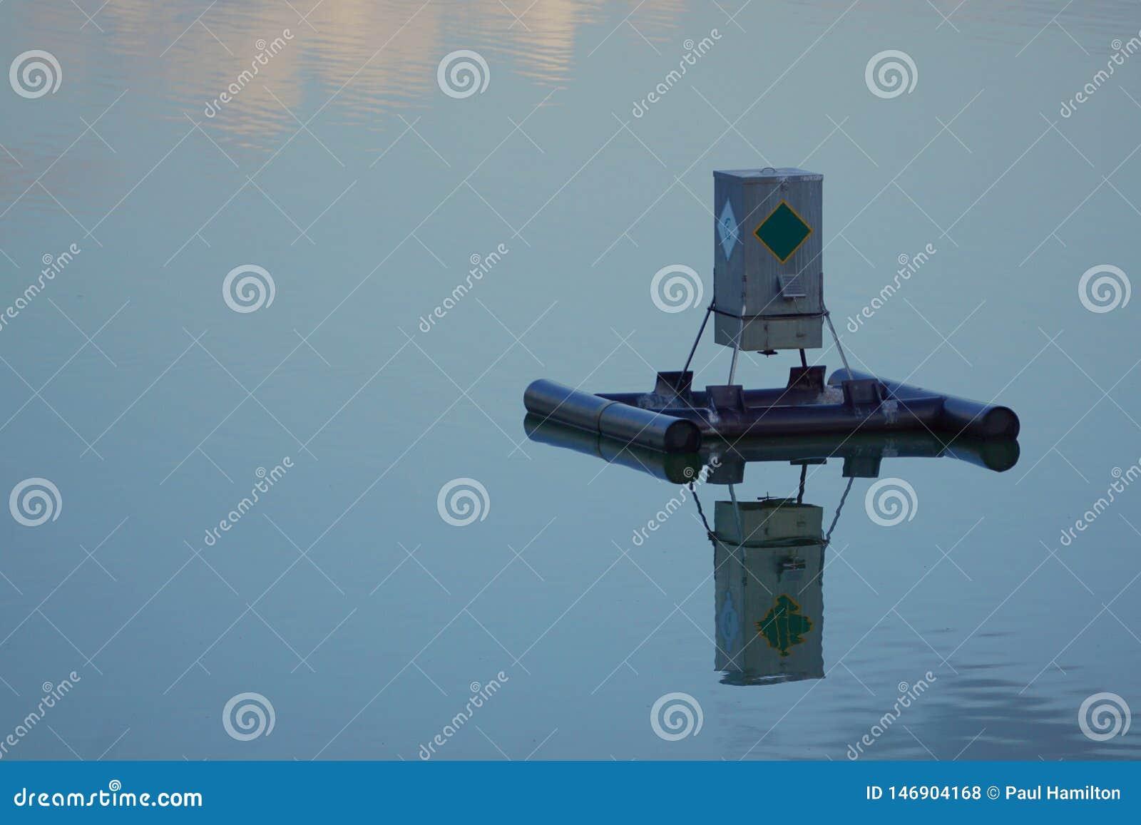 Alimentatore di galleggiamento del pesce su un lago