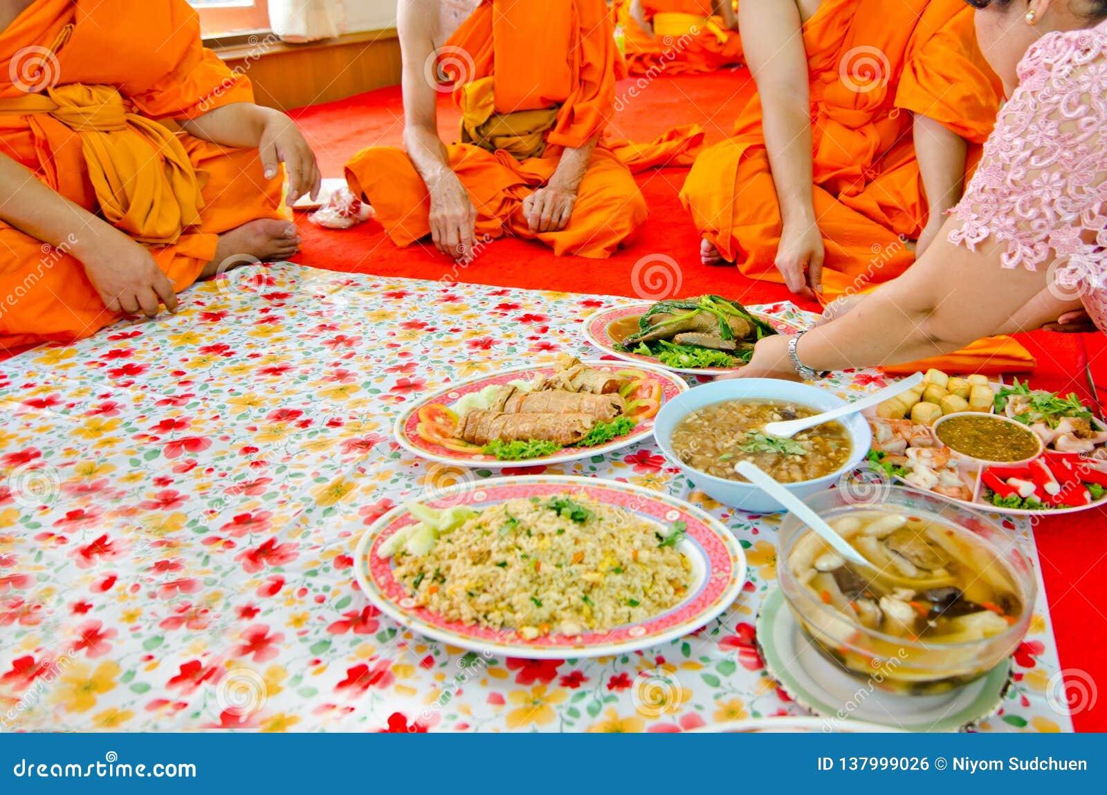 Alimenti d offerta ai monaci nella cultura tailandese