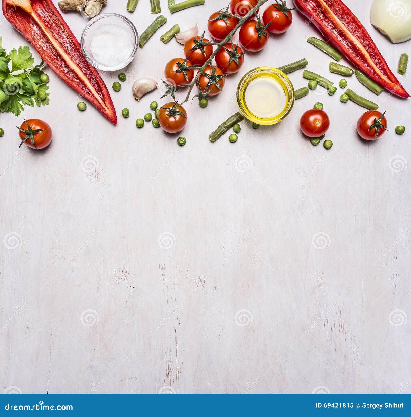 Alimenti sani, cucinare e confine vegetariano delle verdure di estate di concetto, posto per la vista superiore del fondo rustico