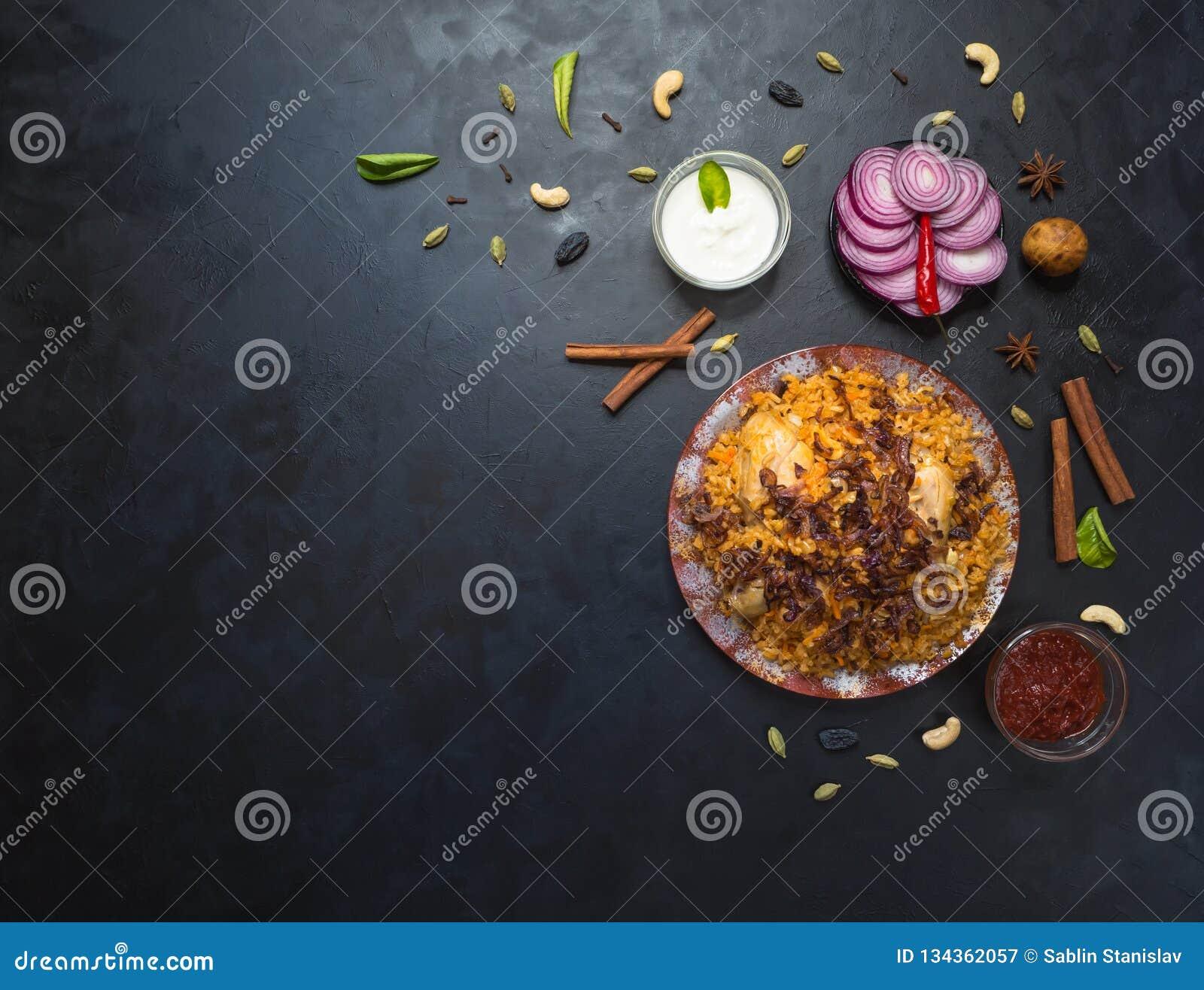 Alimento árabe tradicional: kabsa com galinha em uma placa