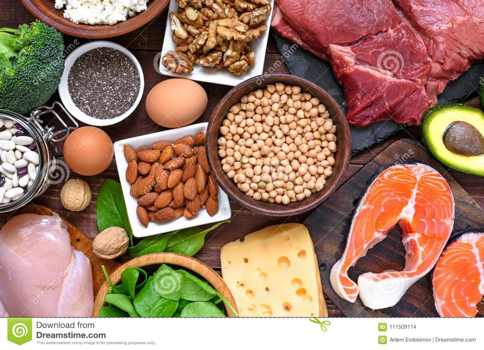 Alimento ad alta percentuale proteica - pesce, carne, pollame, dadi, uova e verdure Concetto sano di dieta e di cibo