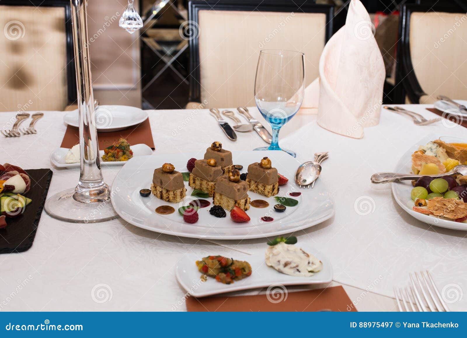 Alimento apetitoso em uma tabela de banquete