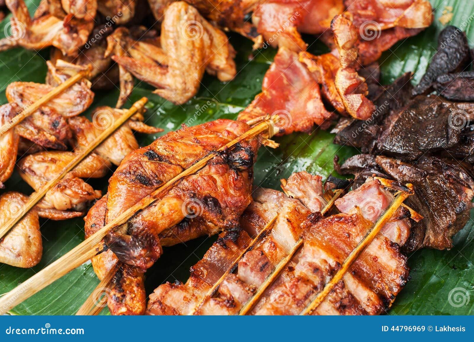 Alimento asiático tradicional no mercado Galinha grelhada picante deliciosa