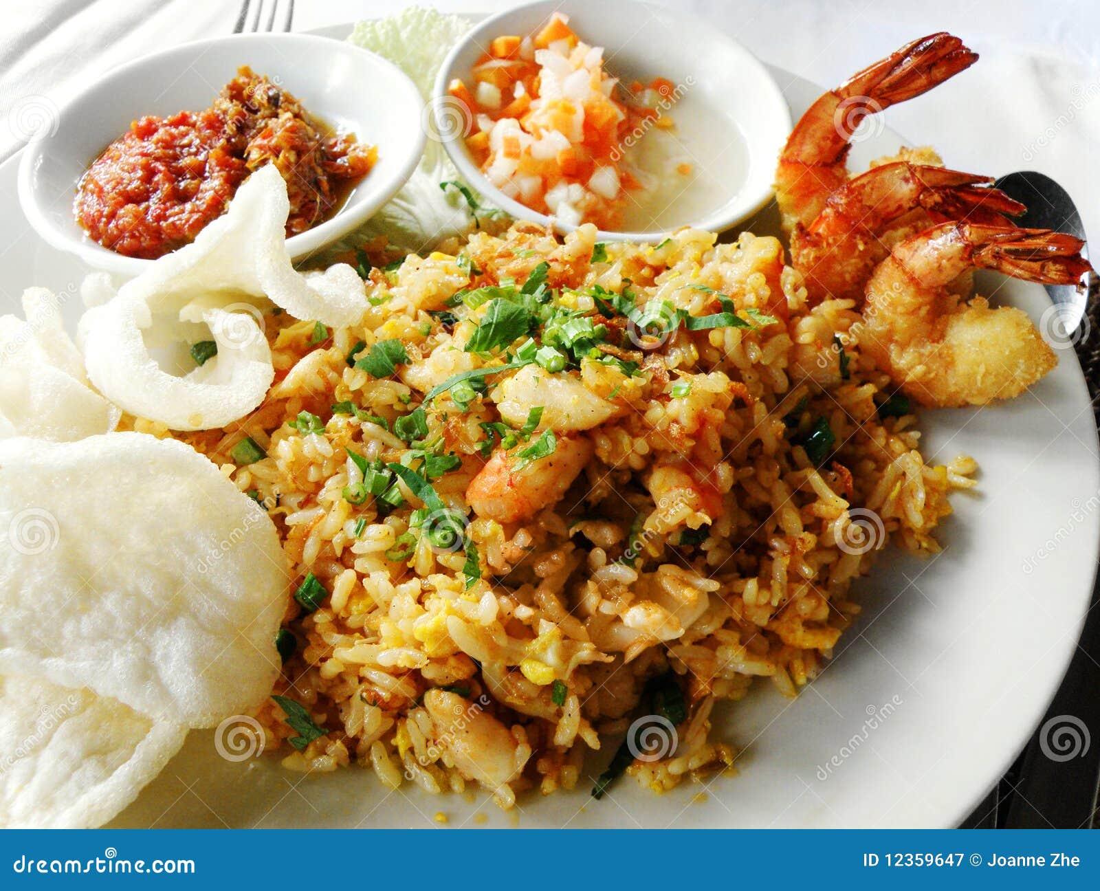 Alimento asiatico, riso fritto con frutti di mare