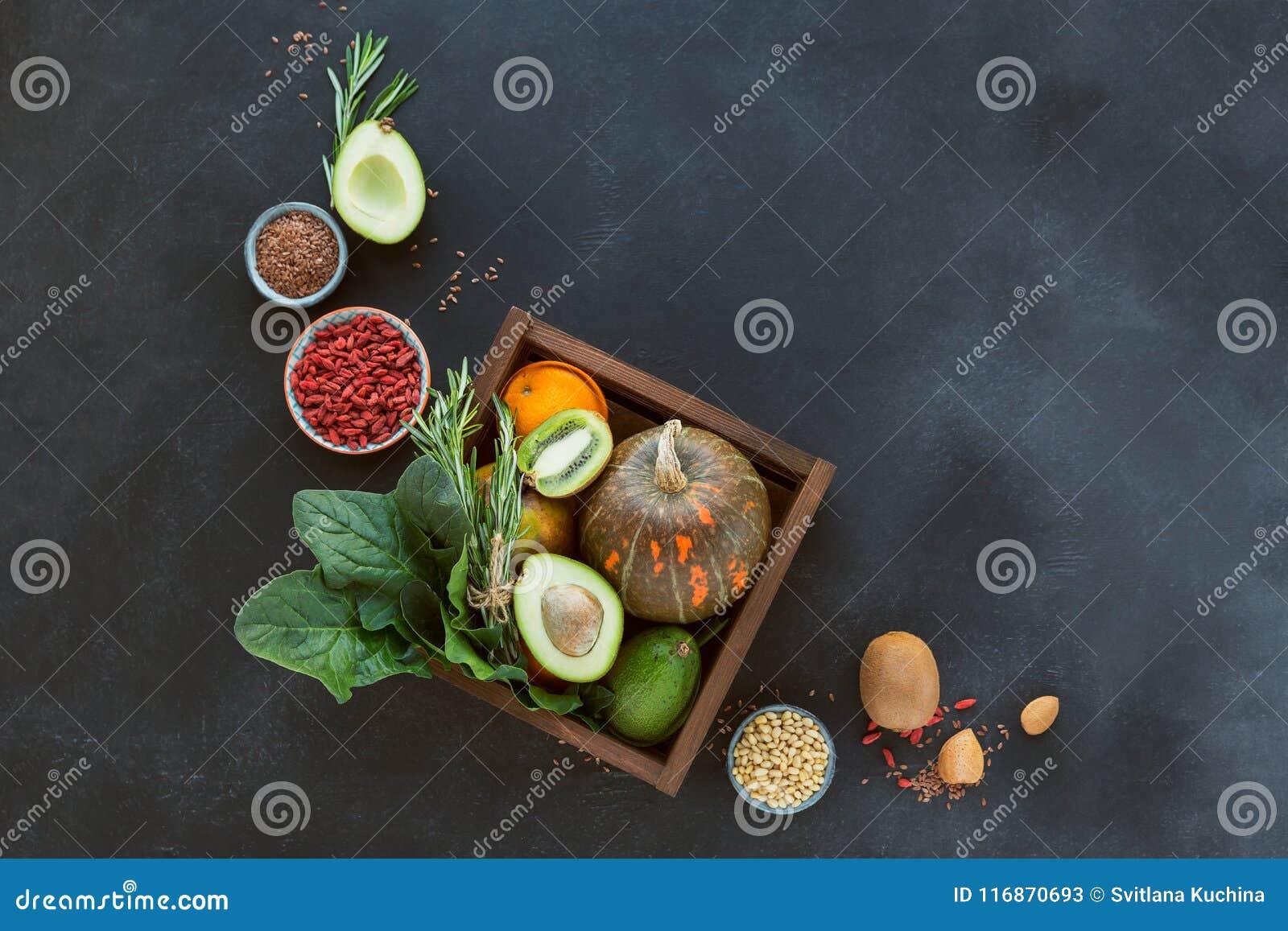 Alimento biológico saudável do fazendeiro: fruto, vegetais, sementes, superfood