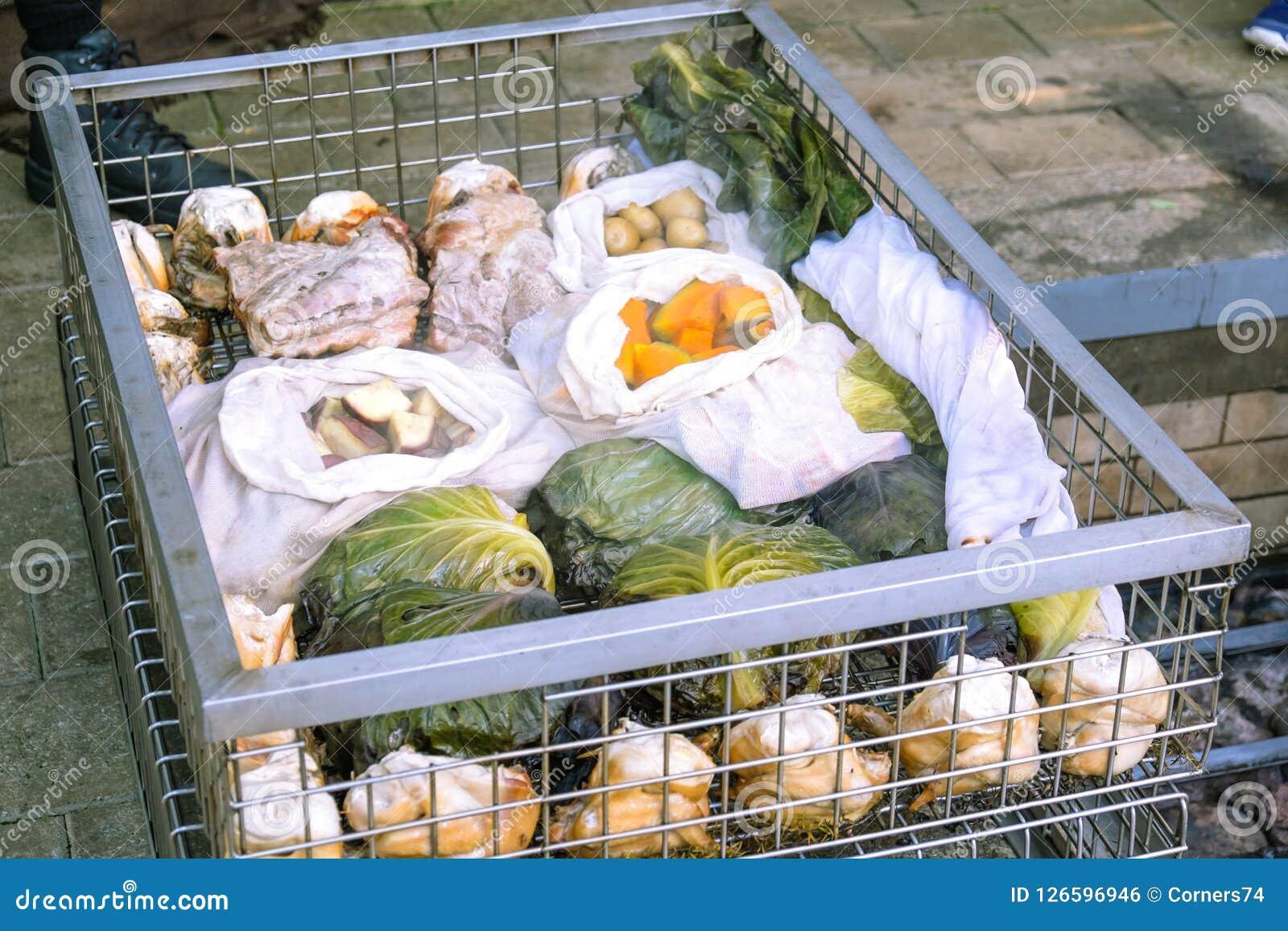 Alimento cozinhado do hangi: carne e vegetais cozinhados em um tradicional