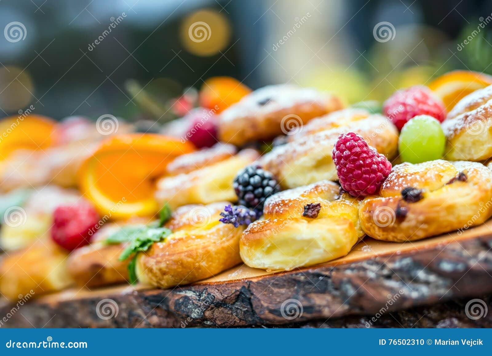 Buffet Di Dolci E Frutta : Dessert dolci con frutti di bosco e frutta serviti al buffet