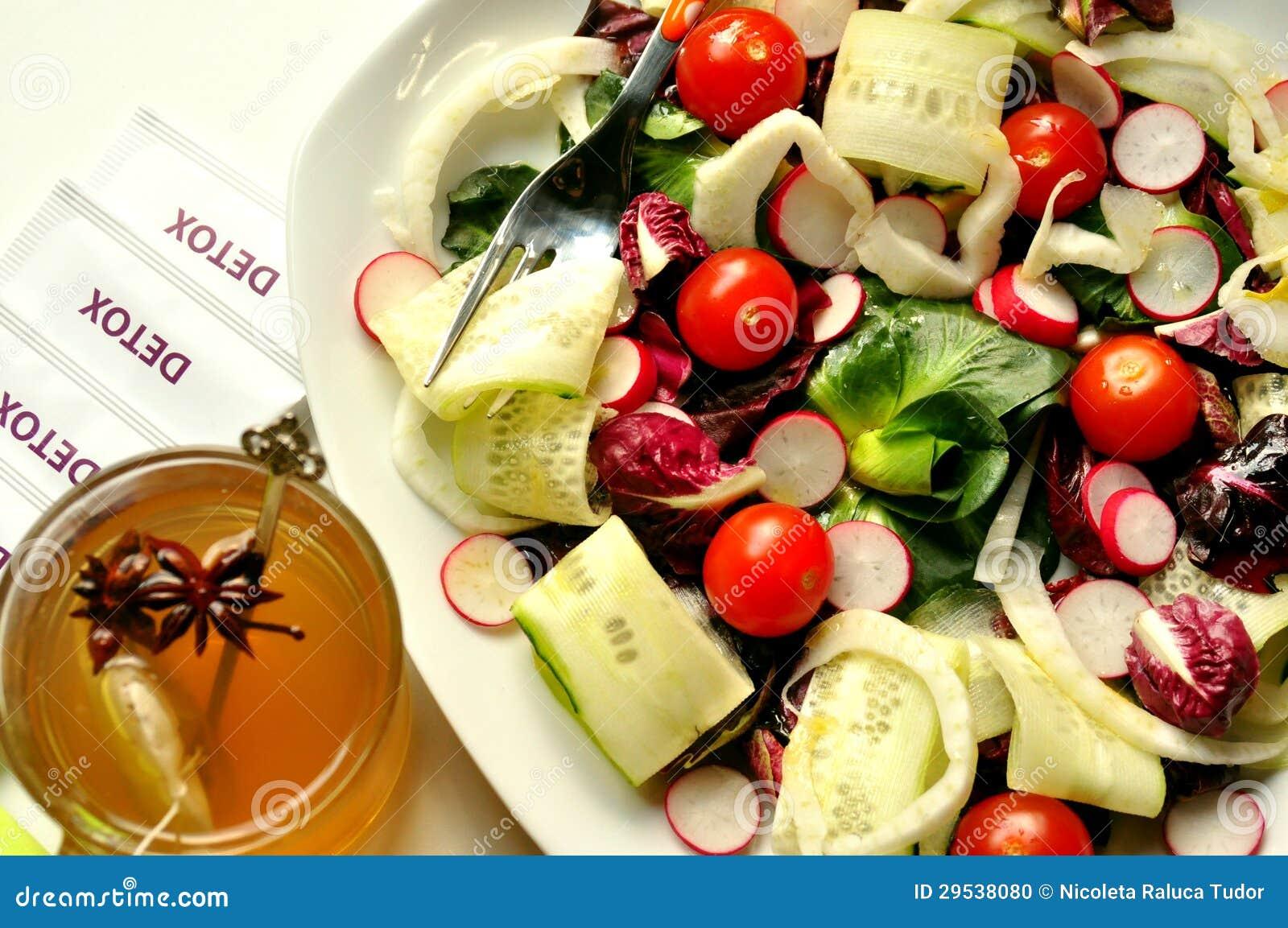 Alimento da desintoxicação com salada e tisana do vegetariano