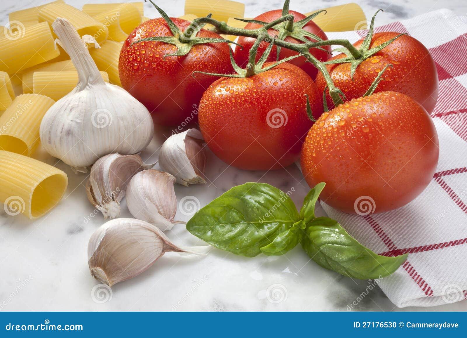 Alimento da massa da manjericão do alho dos tomates