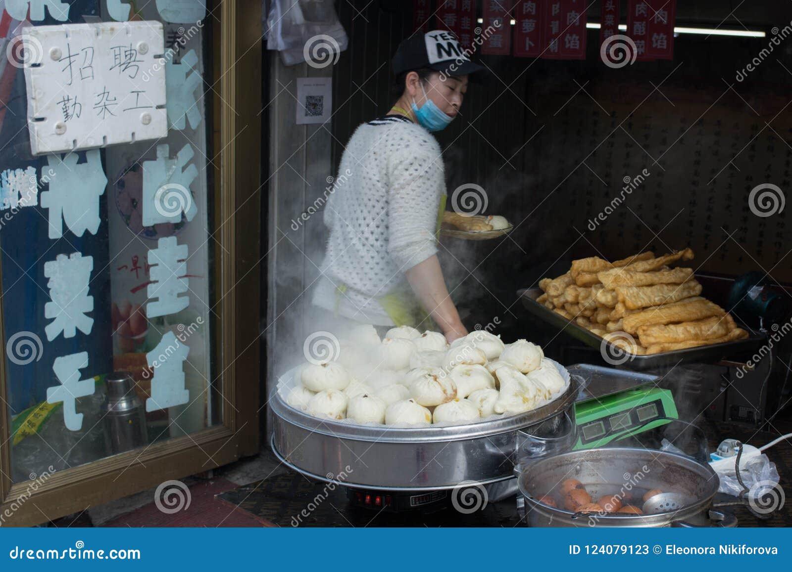 Alimento da rua em China e em cozinhá-la