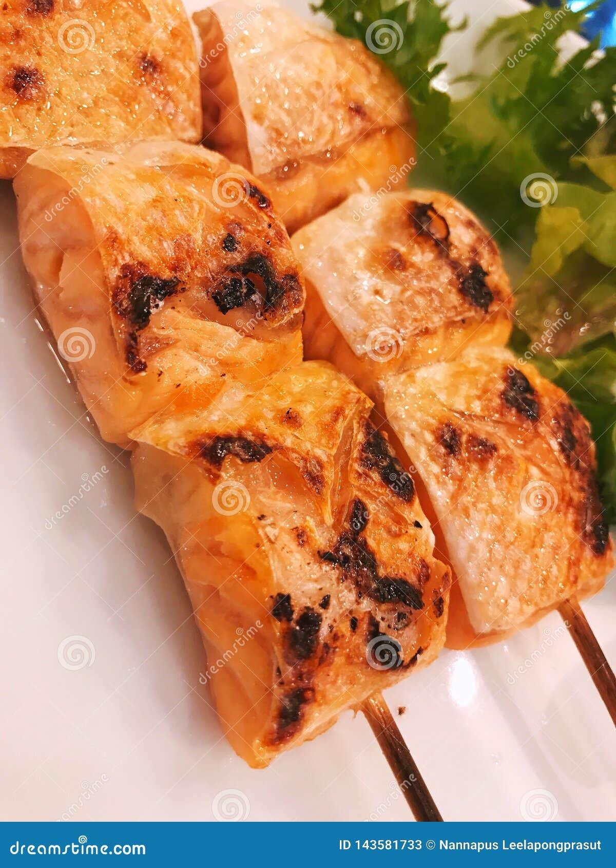 Alimento de japão do espeto da grade dos salmões