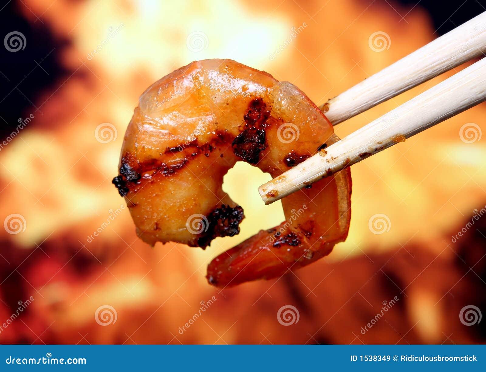 Alimento del camarón de la gamba del tigre del rey por el fuego y la llama