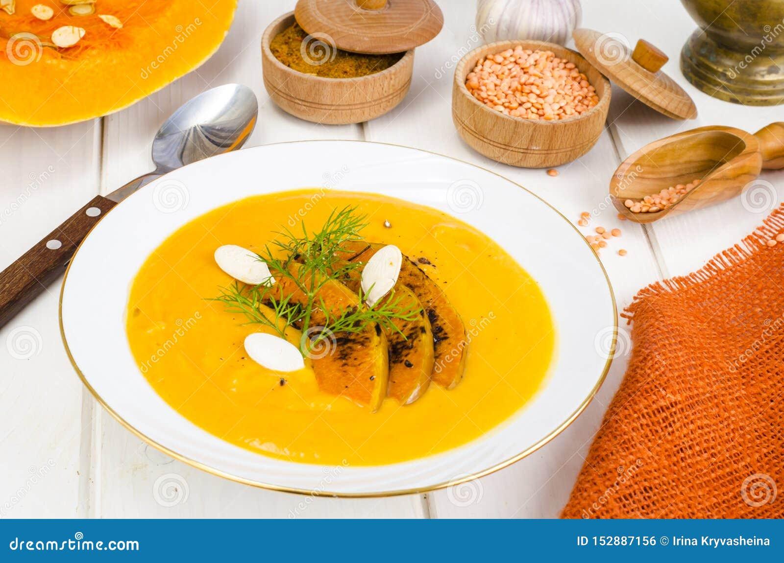 Alimento di dieta sana Minestra crema con le lenticchie e la zucca