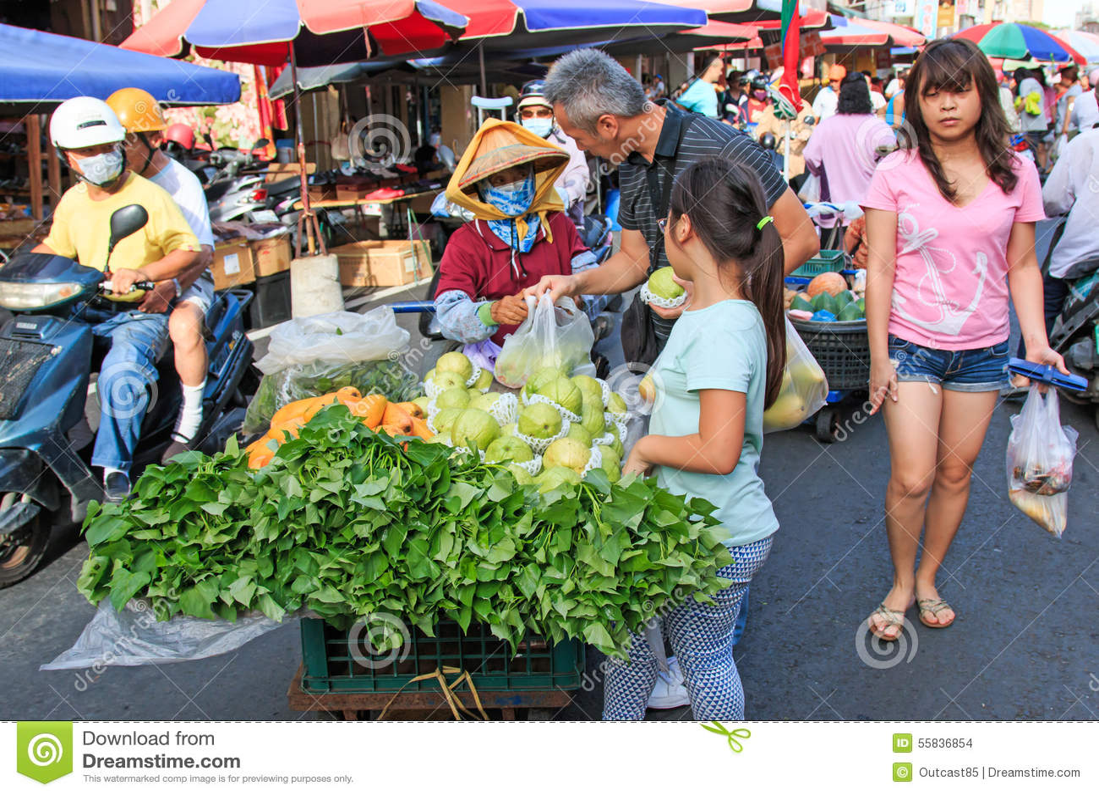 Alimento di vendita e d acquisto della gente in un mercato tradizionale della verdura e della frutta di Taiwan