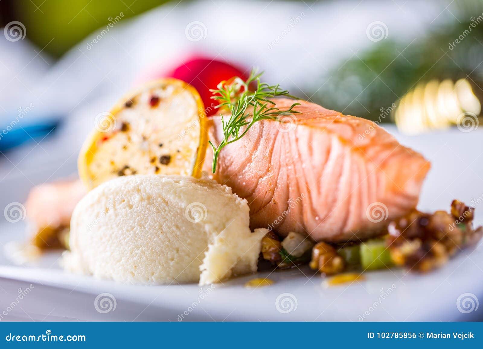 Alimento do Natal com o hotel salmon da faixa e da decoração ou r home
